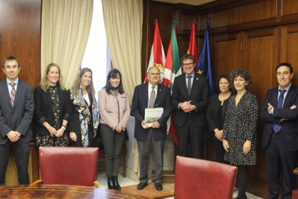 The Mayor of Vitoria-Gasteiz receives Michel Armand, ranked as the top researcher in Spain in the field of energy